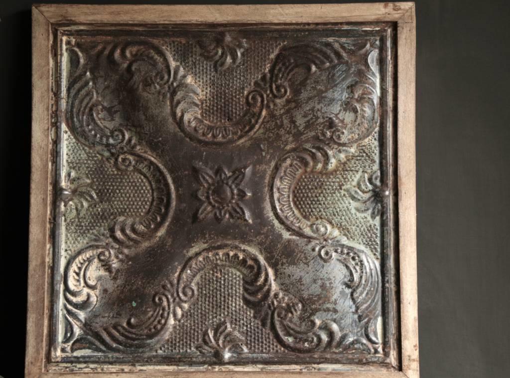 Schöne alte Deckenplatte in Holzrahmen gerahmt-2