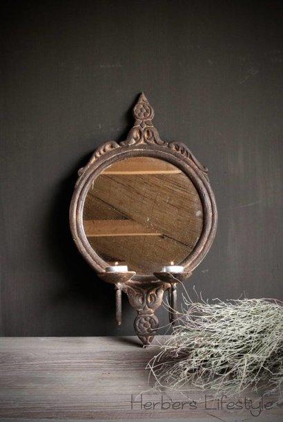 Ijzeren spiegel met twee kandelaartjes