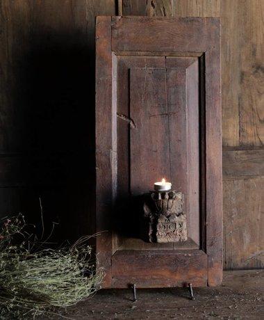 Oud Houten paneeltje met klein ornament als kandelaar