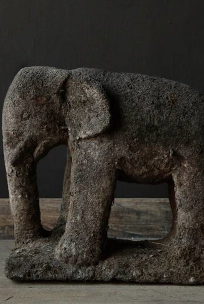 Schöner dunkelgrauer Sandstein Elefant