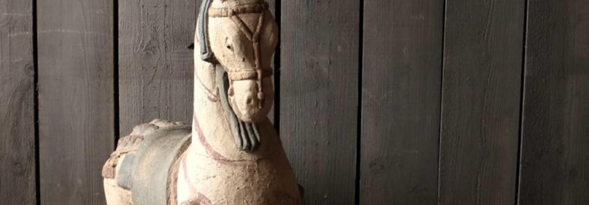 Groot houten paard in vergrijsde kleuren