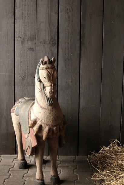 Großes Holzpferd in grauen Farben