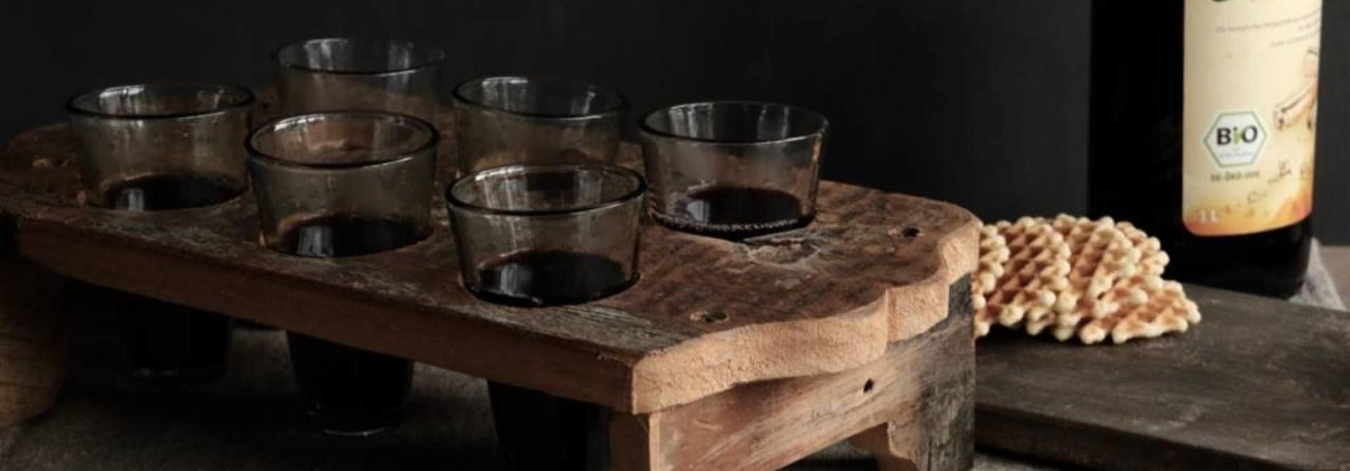 Holztablett mit sechs kleinen Gläsern