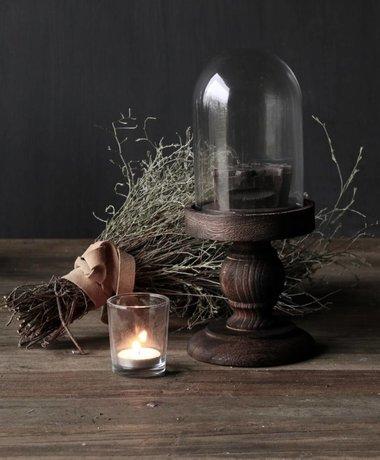 Schattig klein stolpje op bruin houten hoog voetje