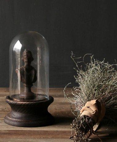 Schattig klein stolpje op bruin houten voetje