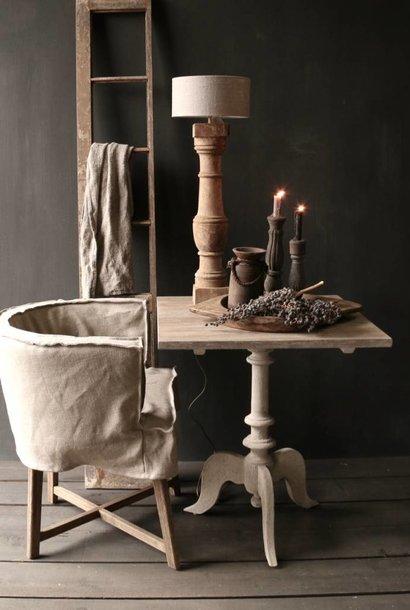 Weintisch mit mattem grauem Bein und grauem Eichenquadratblatt