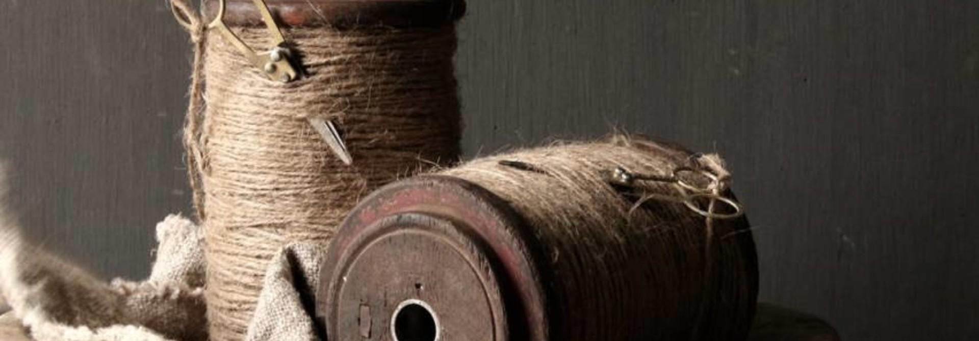 Hölzerne XL-Spule mit Seil und Schere
