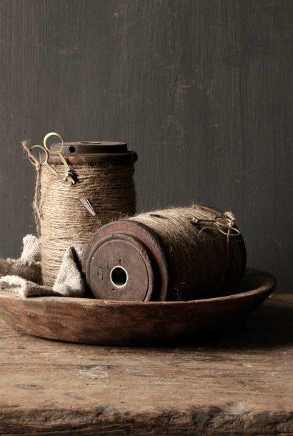 Alte hölzerne Spule / Spule mit Seil und Scheren