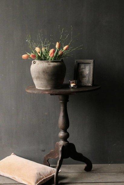 Dunkler hölzerner Weintisch mit ovalem Blatt