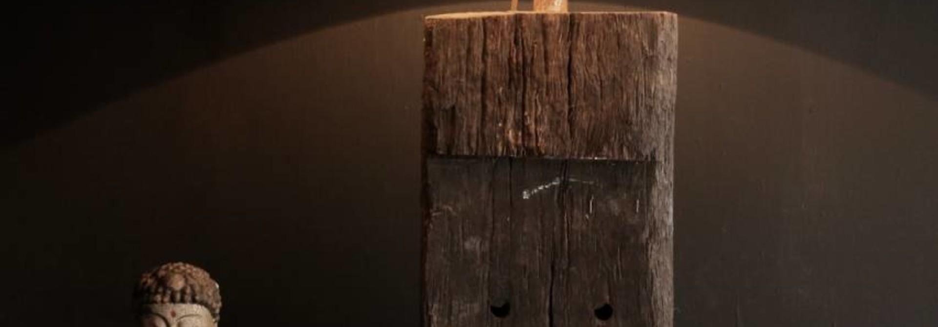 Starke Tischlampe aus altem Holz auf Eisenbasis