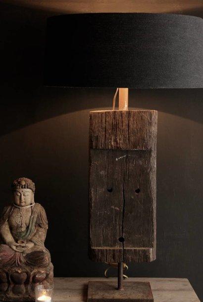 Stoere Tafel lamp van oud hout op ijzeren voet