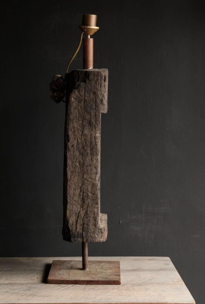 Starke Tischlampe aus altem Holz auf Eisenbasis-5