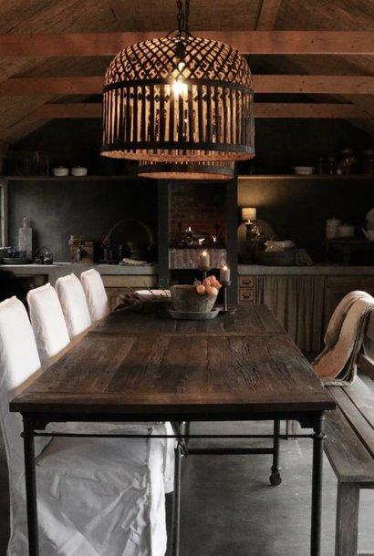 Grote eetkamer tafel met donker driftwood blad en ijzeren onderstel