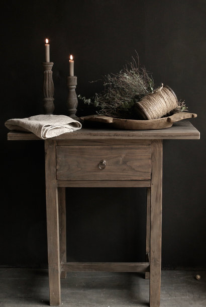 Starke alte hölzerne Wandtabelle mit einer Schublade