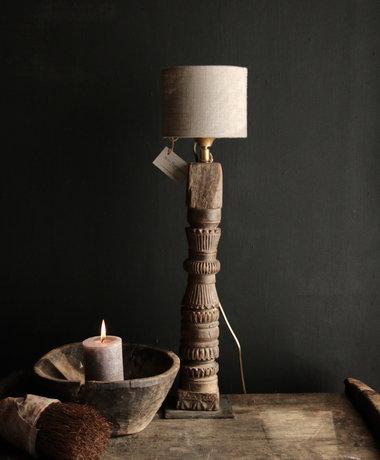 Aura peeperkorn Tafellamp van oud houten ornament op ijzeren voetje