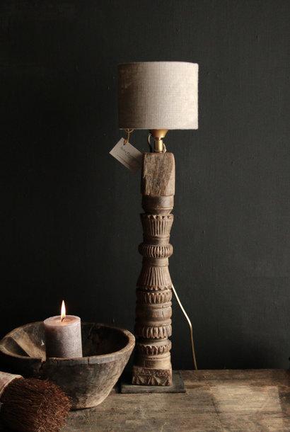 Tischlampe der alten hölzernen Verzierung auf einer Eisensockel