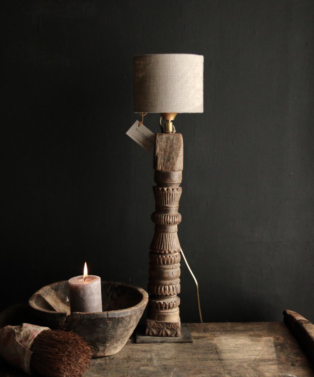 Tafellamp van oud houten ornament op ijzeren voetje-1