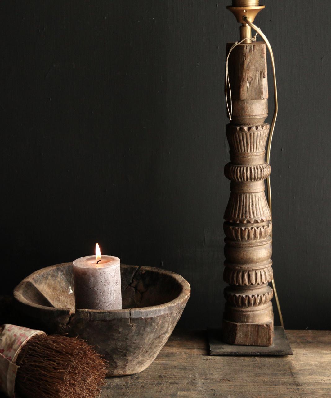 Tafellamp van oud houten ornament op ijzeren voetje-2