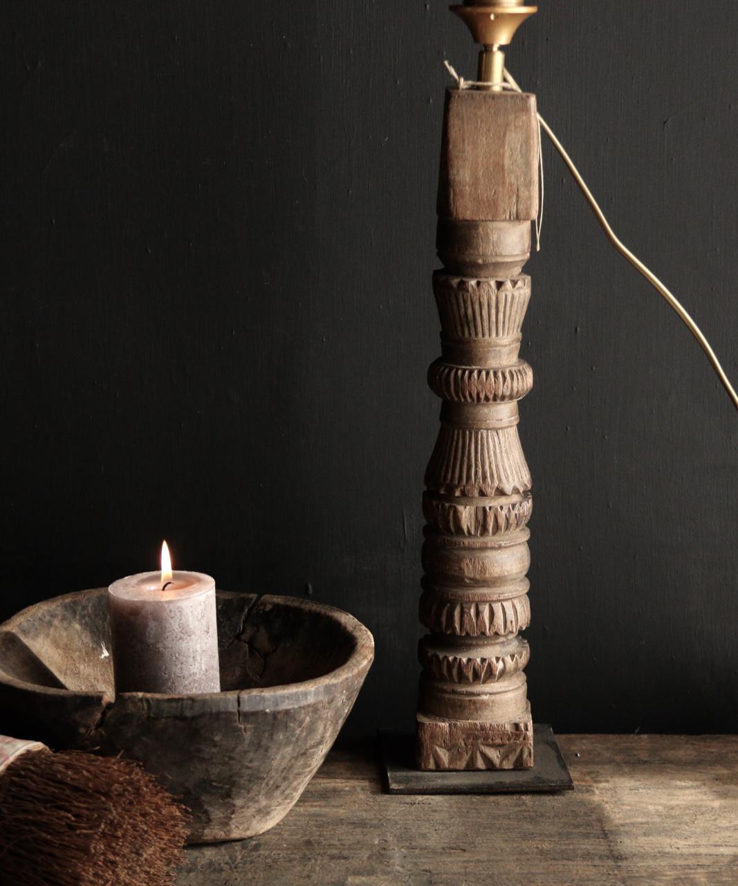 Tafellamp van oud houten ornament op ijzeren voetje-3