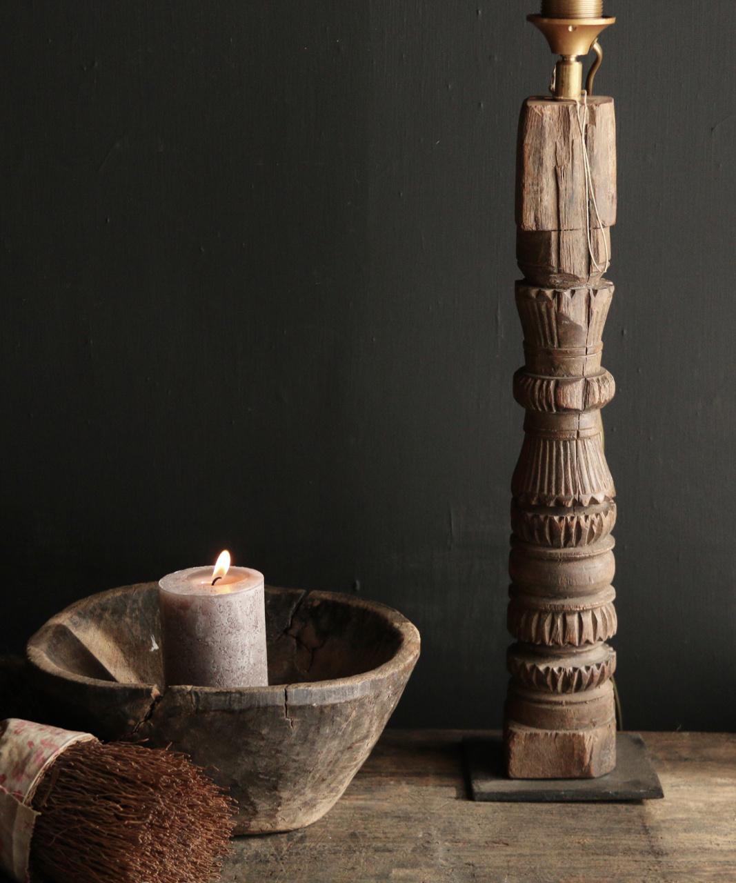 Tafellamp van oud houten ornament op ijzeren voetje-4