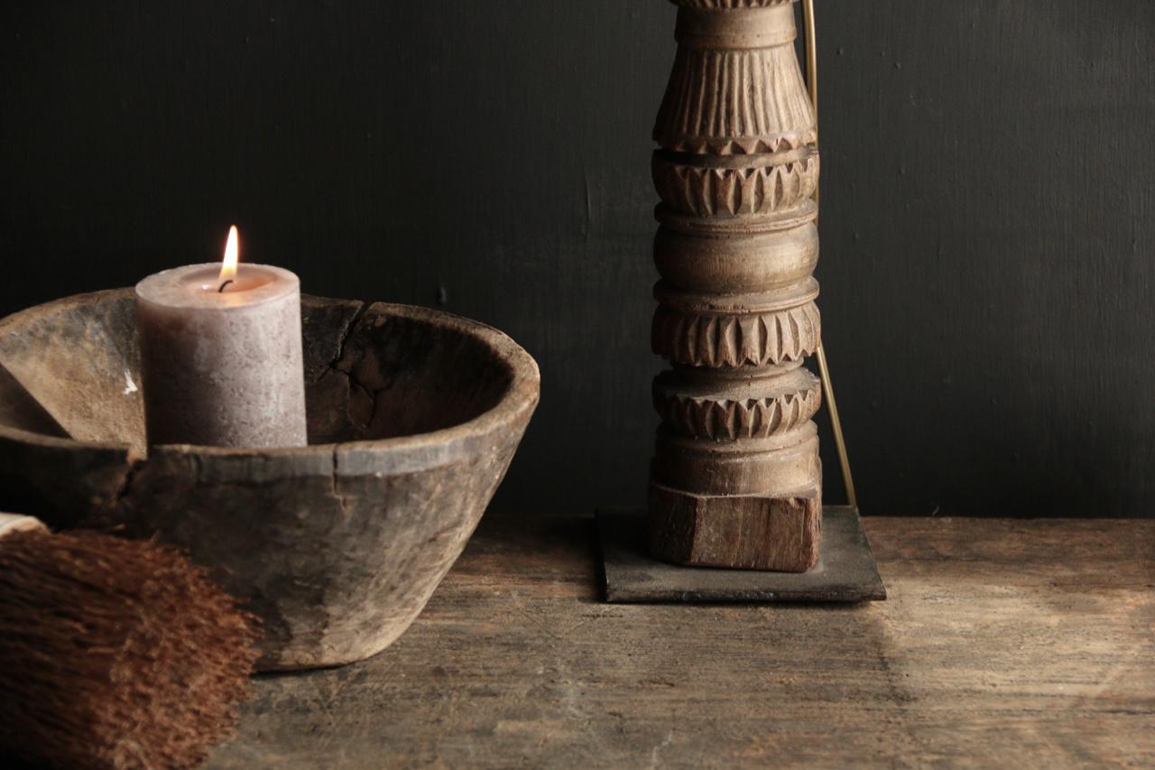 Tafellamp van oud houten ornament op ijzeren voetje-5