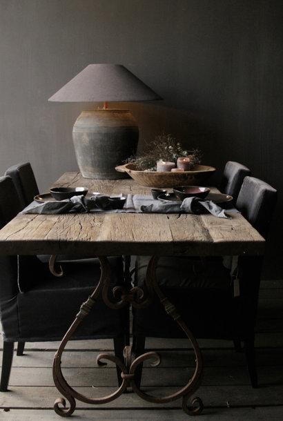 französisches Modell mit eisernen Tischgestell mit Locken