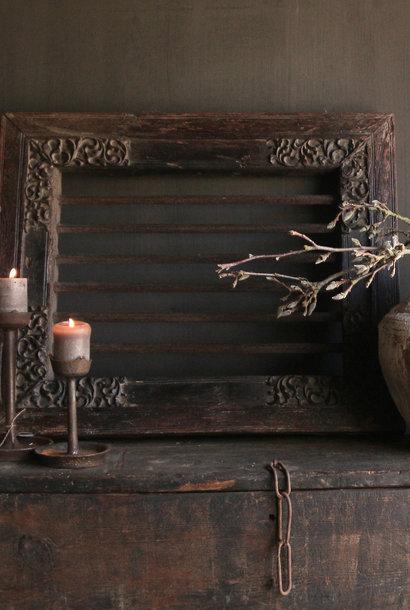 Stoer zwaar ijzeren  raam in houten kozijn