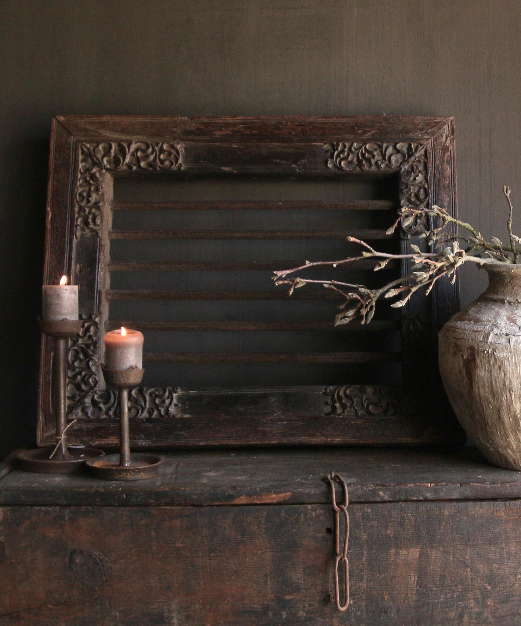 Stoer zwaar ijzeren  raam in houten kozijn-1