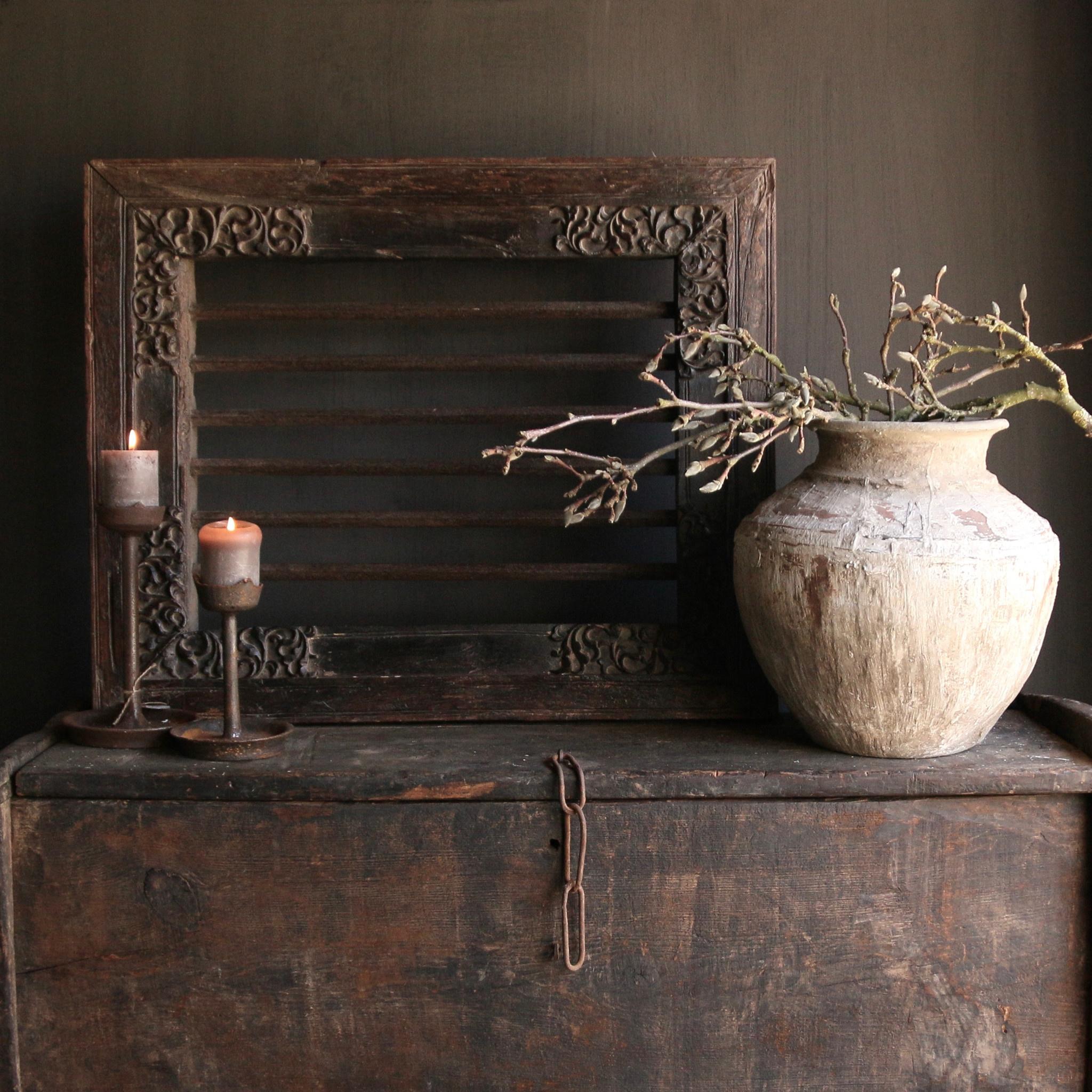 Stoer zwaar ijzeren  raam in houten kozijn-2