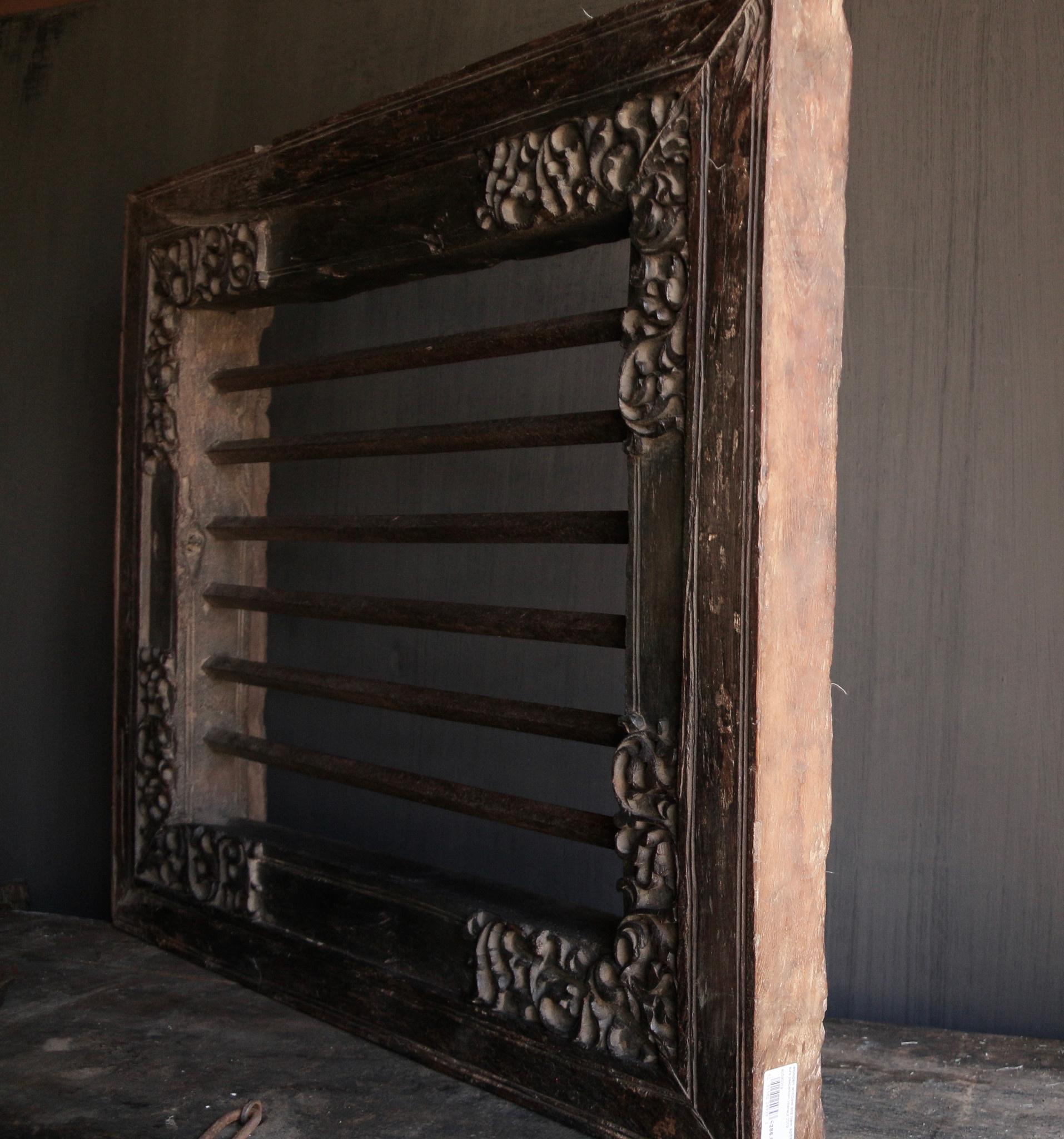 Stoer zwaar ijzeren  raam in houten kozijn-3