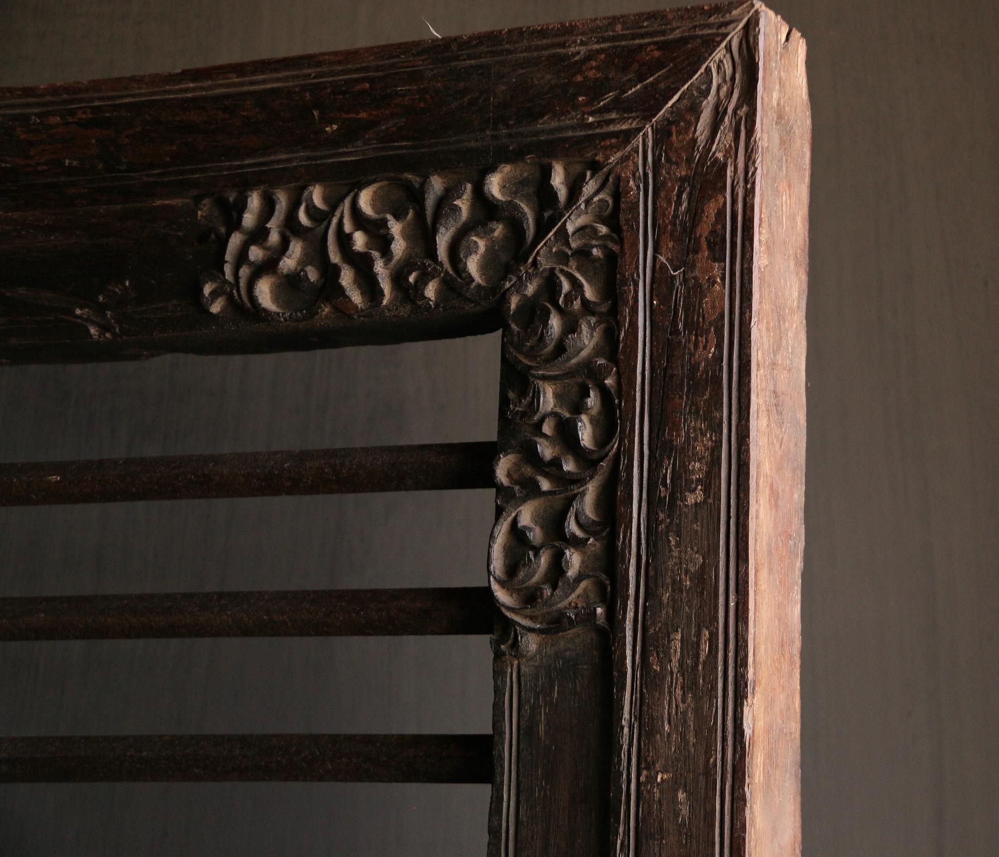 Stoer zwaar ijzeren  raam in houten kozijn-4