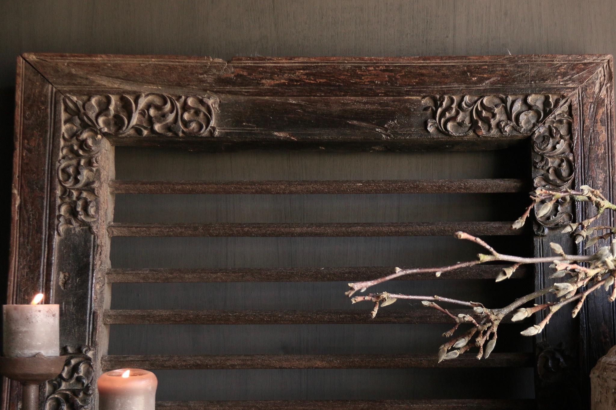 Stoer zwaar ijzeren  raam in houten kozijn-5