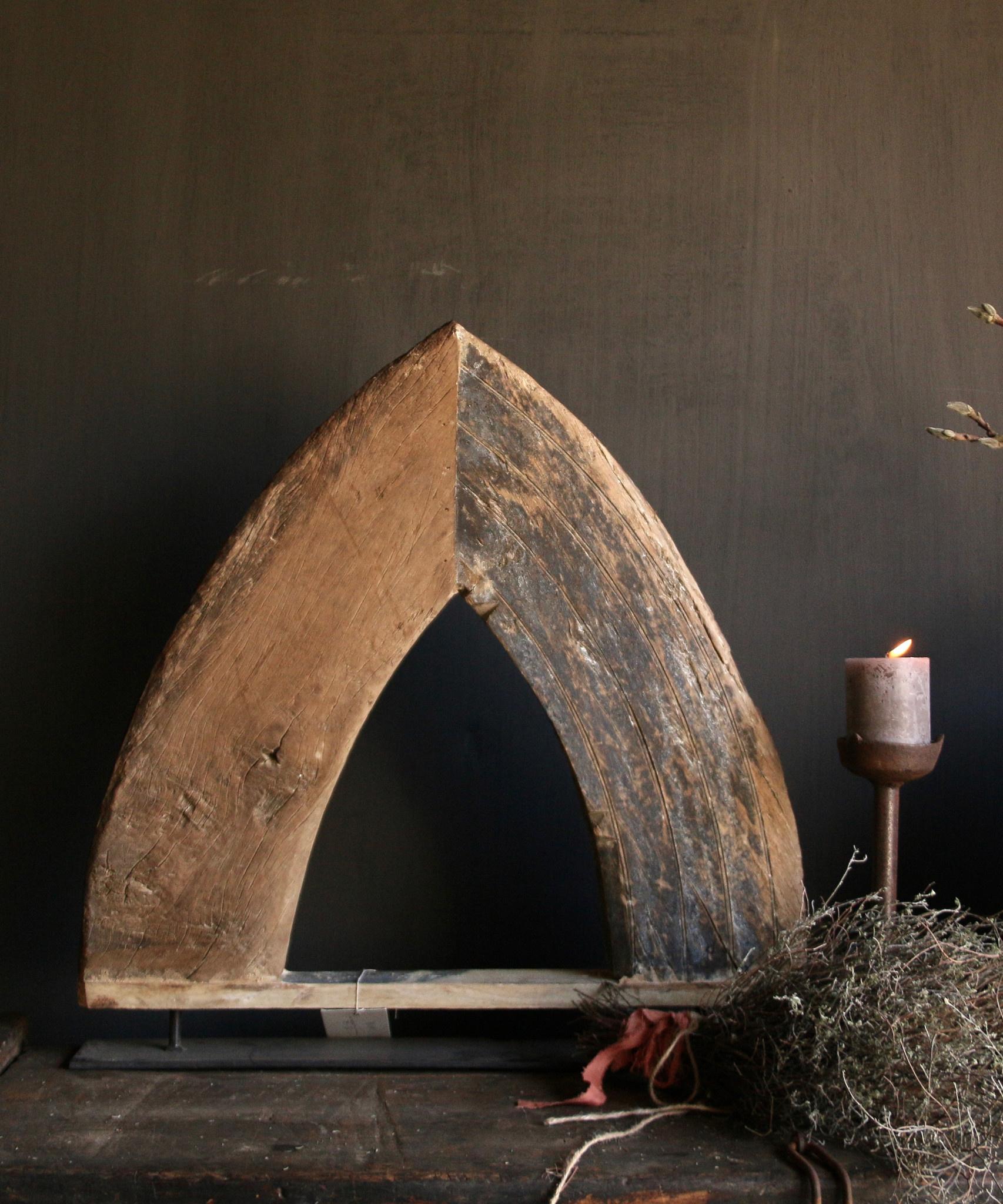 Stoer houten  raam kozijn in de vorm van een driehoek-2