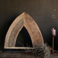 Stoer houten  raam kozijn in de vorm van een driehoek