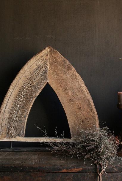 Stoer houten  raam Indisch raam kozijn in de vorm van een driehoek