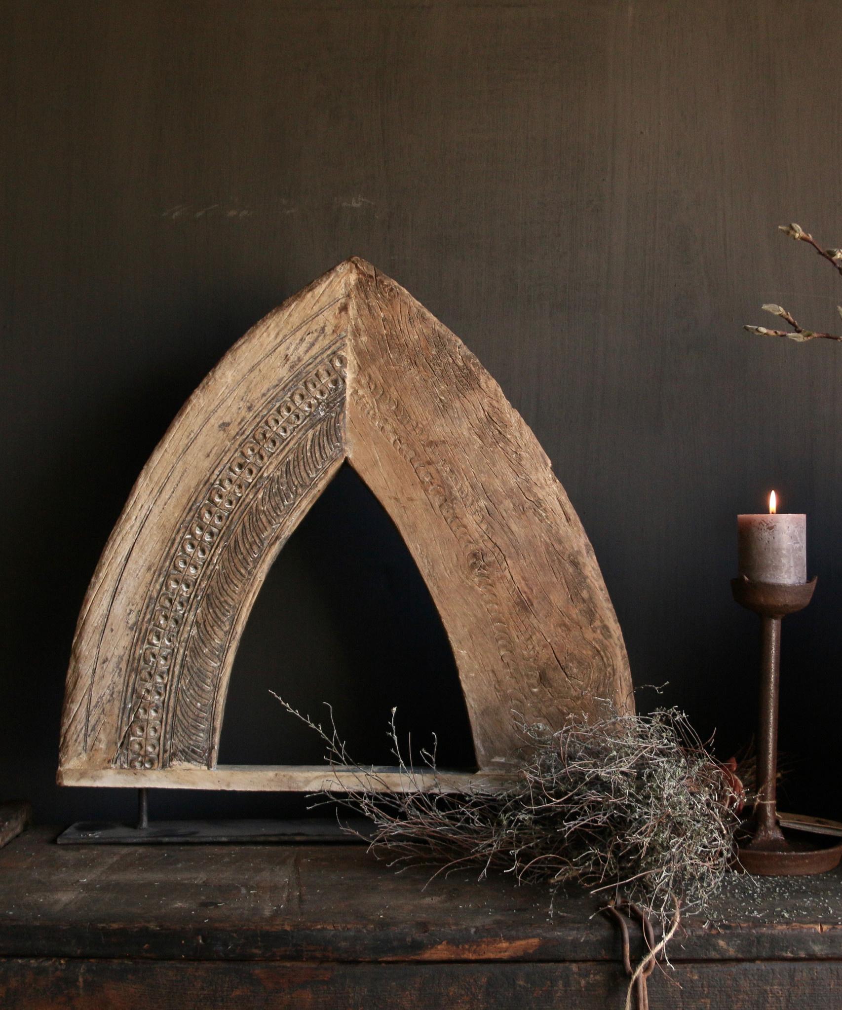 Stoer houten  raam kozijn in de vorm van een driehoek-1