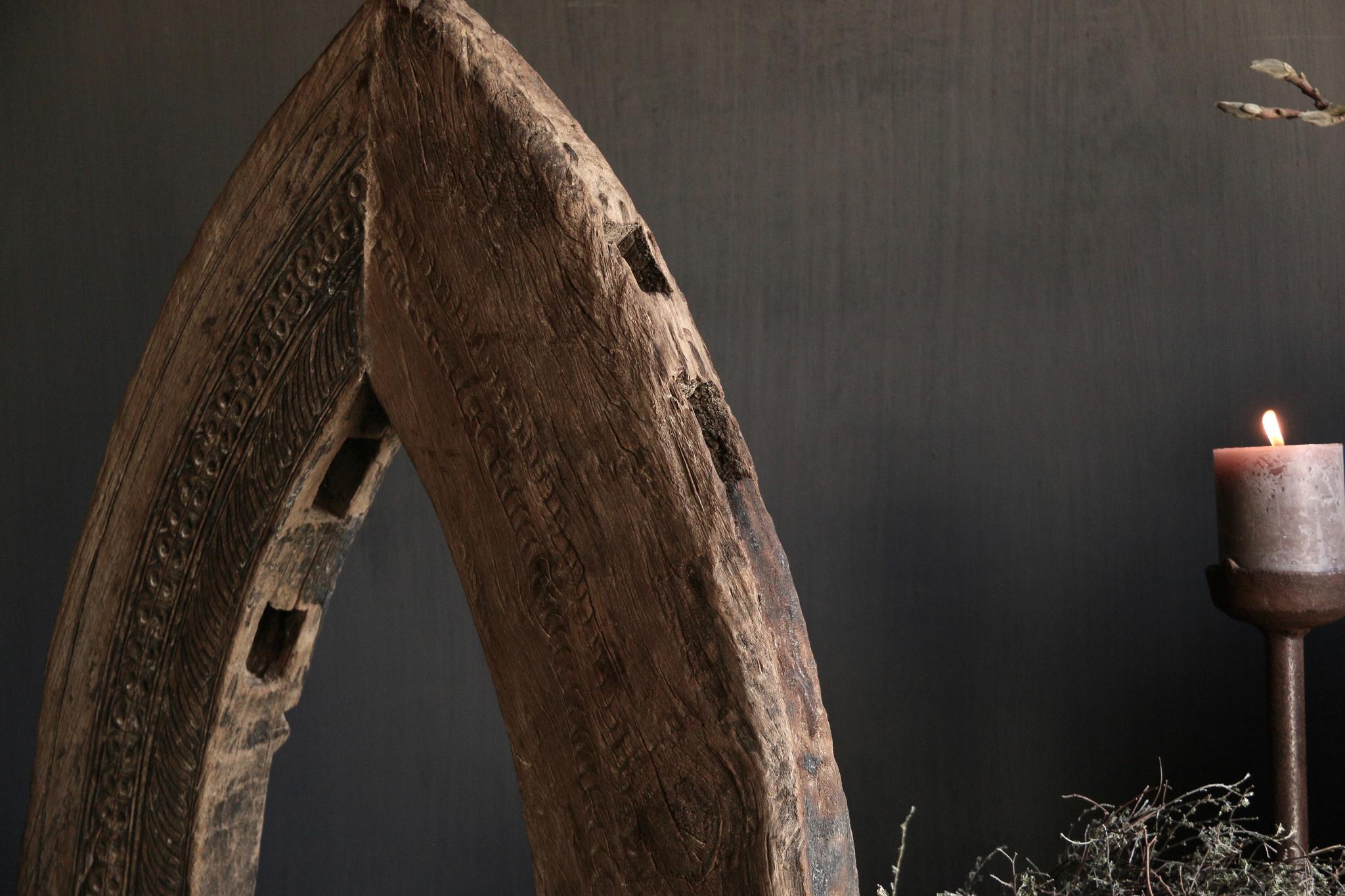 Stoer houten  raam kozijn in de vorm van een driehoek-3