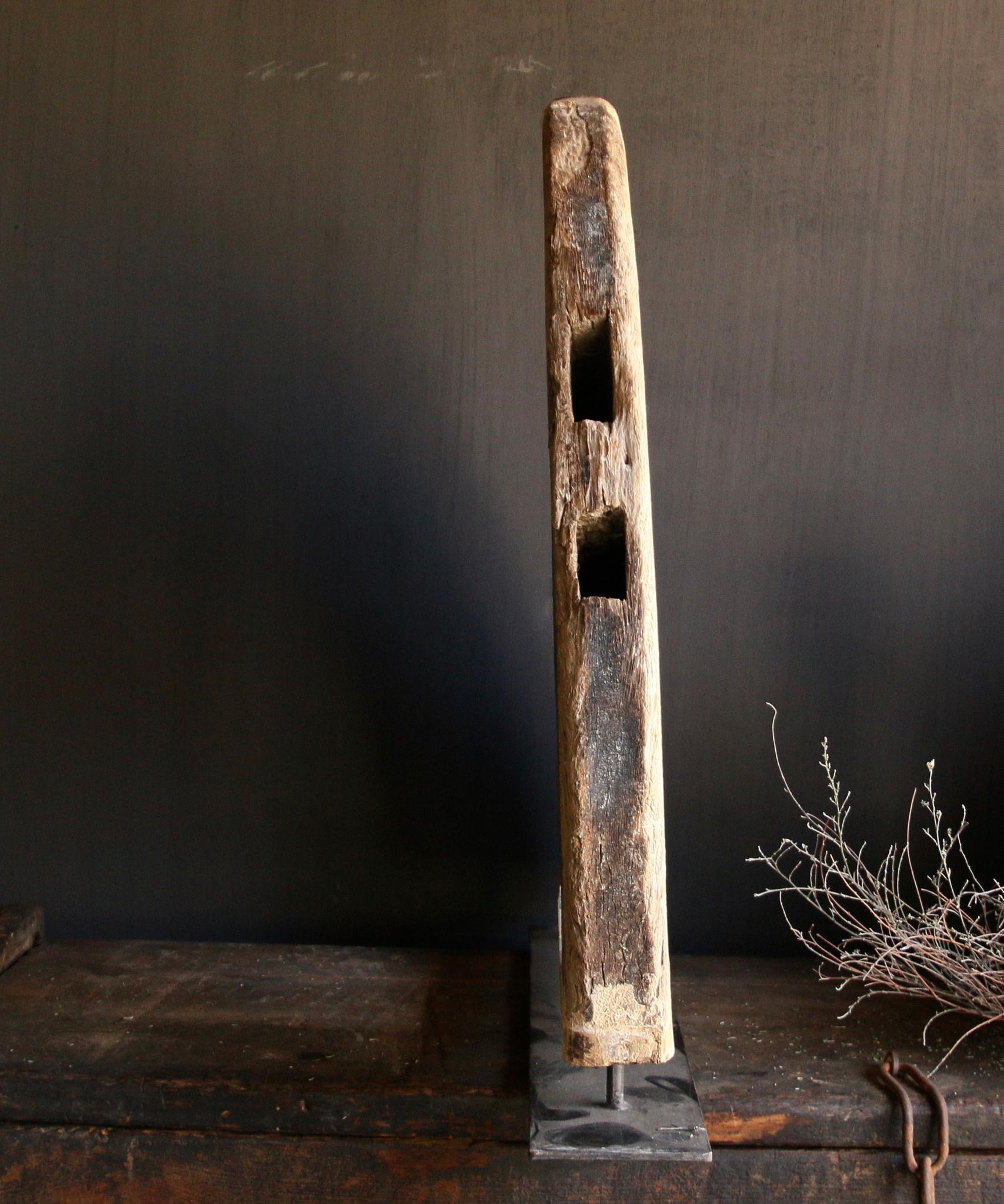 Stoer houten  raam kozijn in de vorm van een driehoek-5