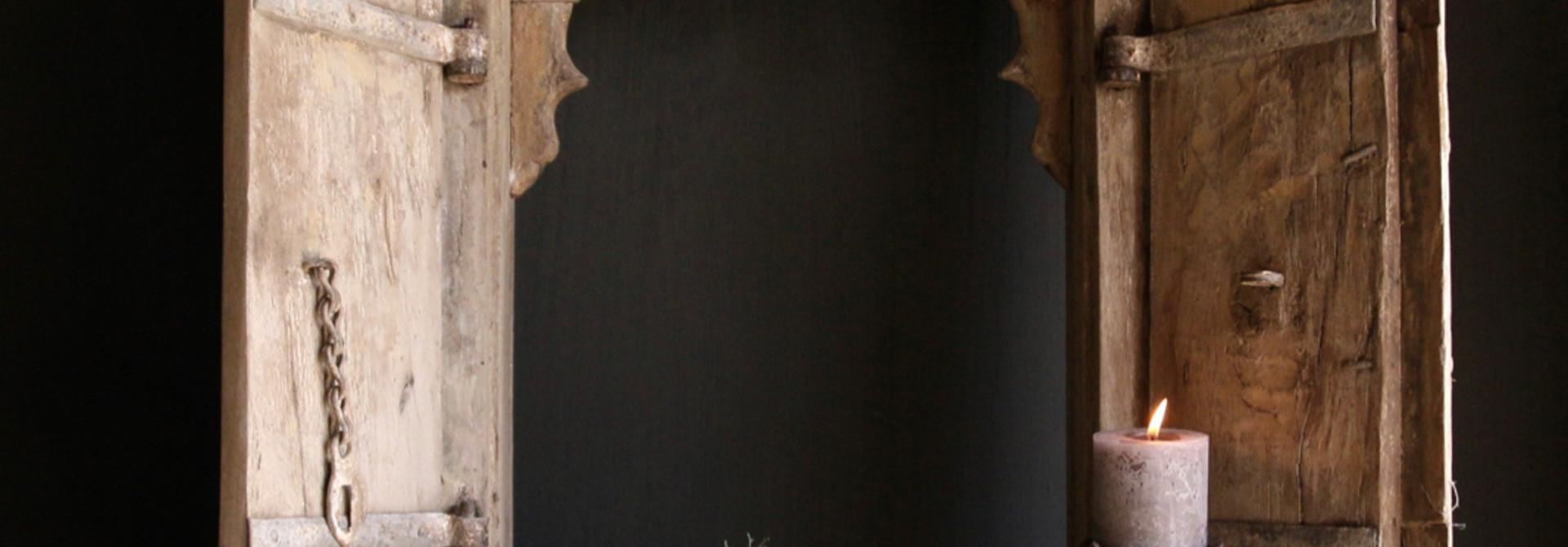 Stoer zwaar houten raamkozijn met twee luikjes