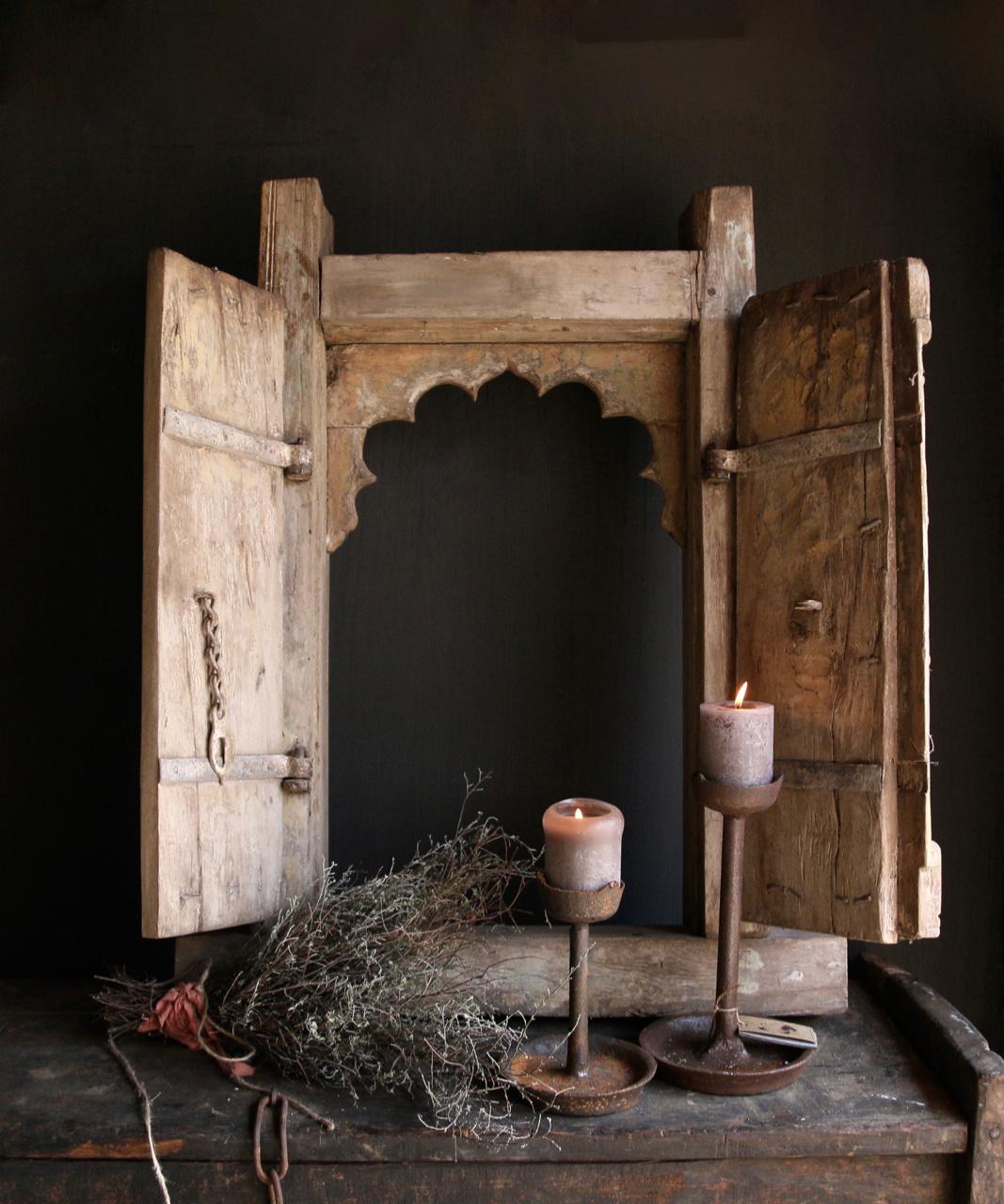 Stoer zwaar houten raamkozijn met twee luikjes-1
