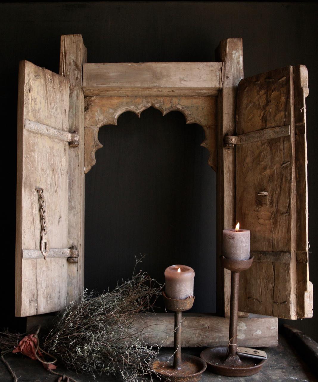 Stoer zwaar houten raamkozijn met twee luikjes-3