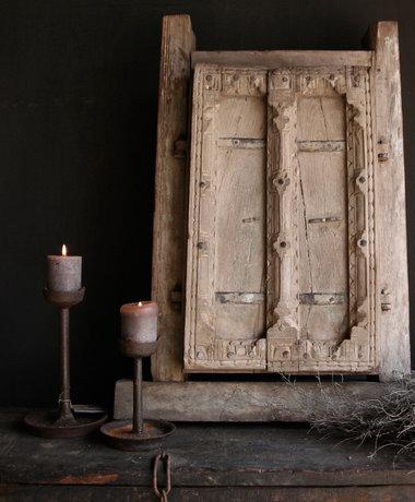 Aura peeperkorn Starker schwerer Holzfensterrahmen mit zwei Fensterläden