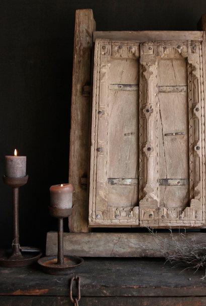 Starker schwerer Holzfensterrahmen mit zwei Fensterläden
