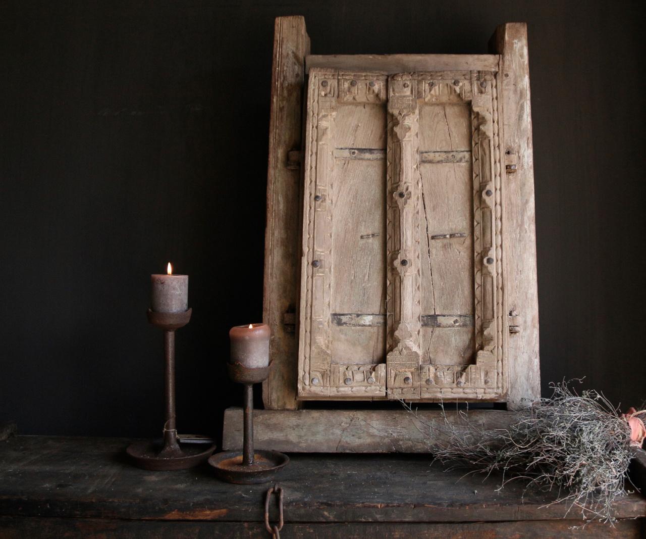 Stoer zwaar houten raamkozijn met twee luikjes-2