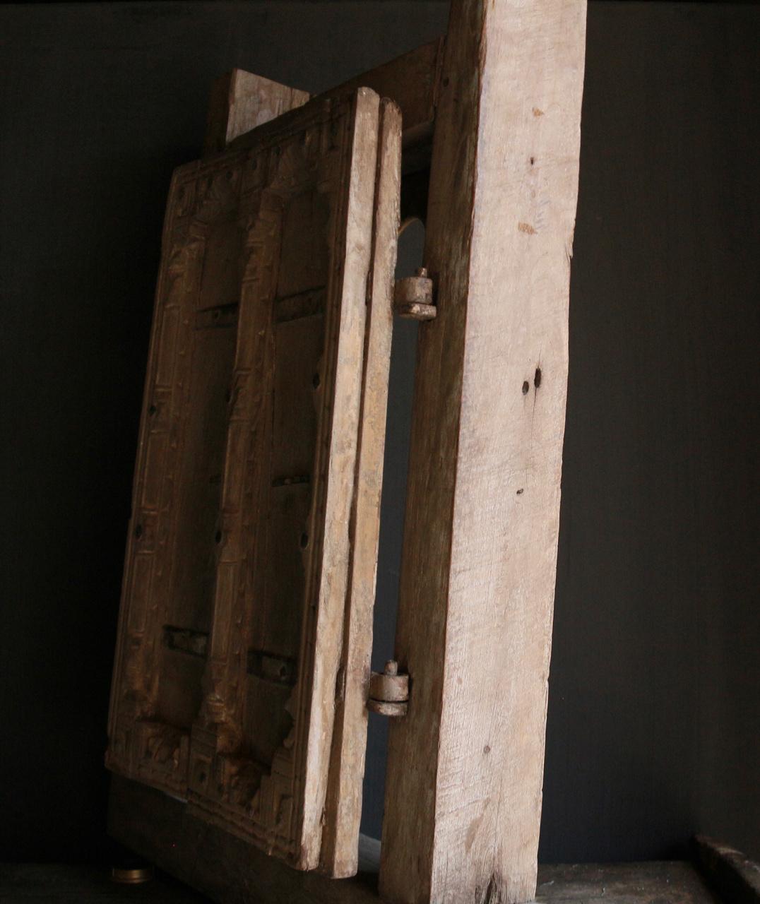 Stoer zwaar houten raamkozijn met twee luikjes-4