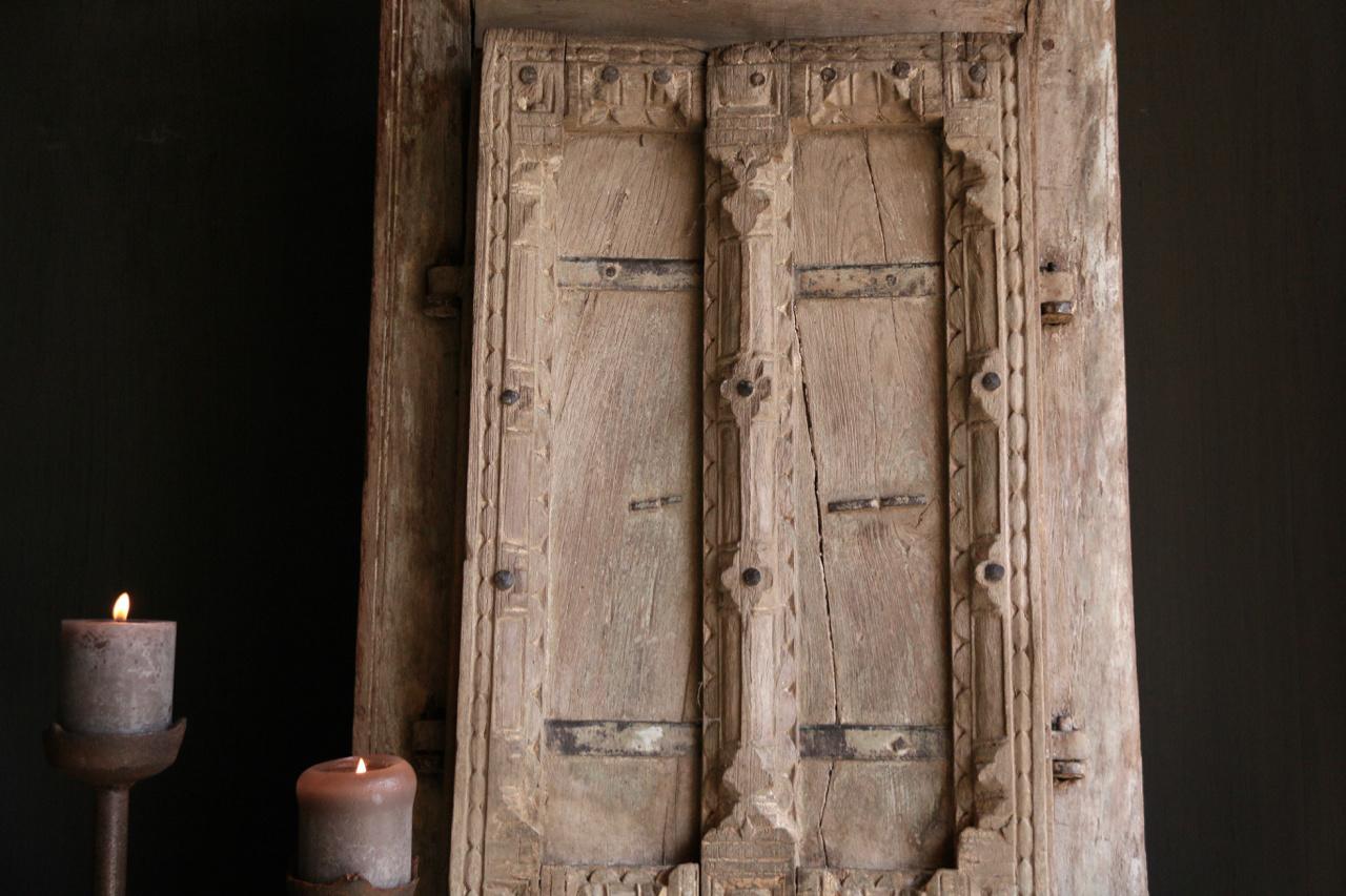 Stoer zwaar houten raamkozijn met twee luikjes-5