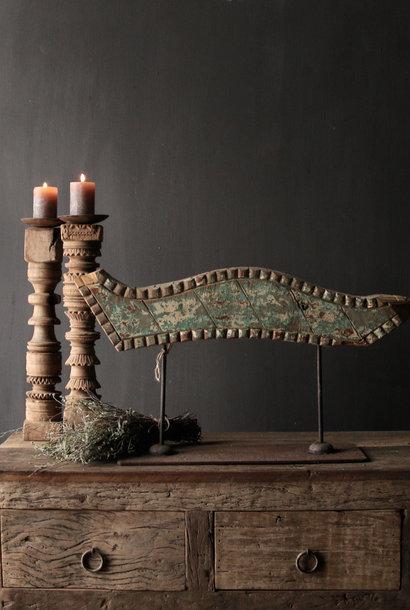 Oud houten ornament op ijzeren stander