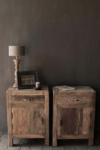 Alter hölzerner Schrank oder Nachttisch des Treibholzes