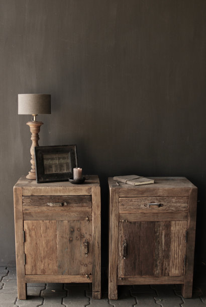 Oud driftwood houten kastje   oftewel nachtkastje