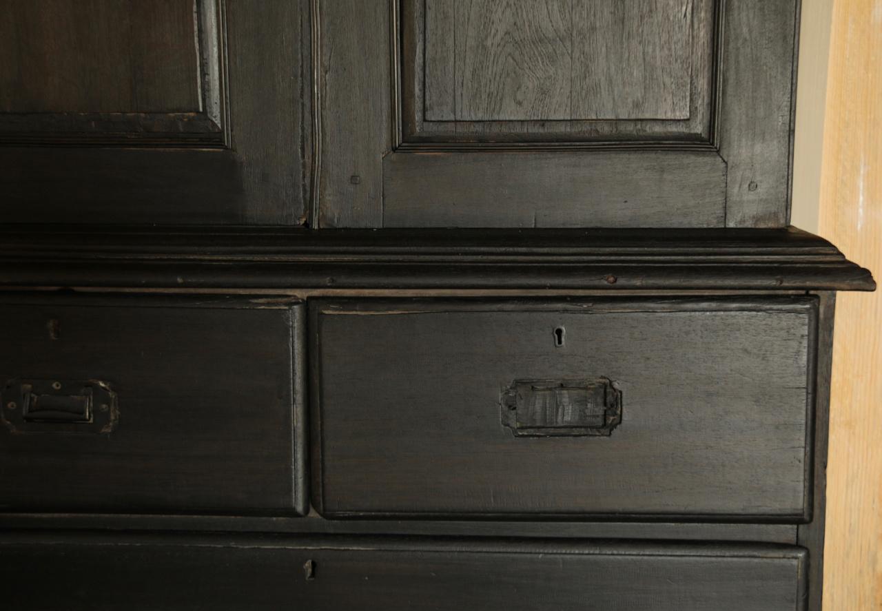 Antiker indischer Schrank mit Schubladen und zwei Türen-3